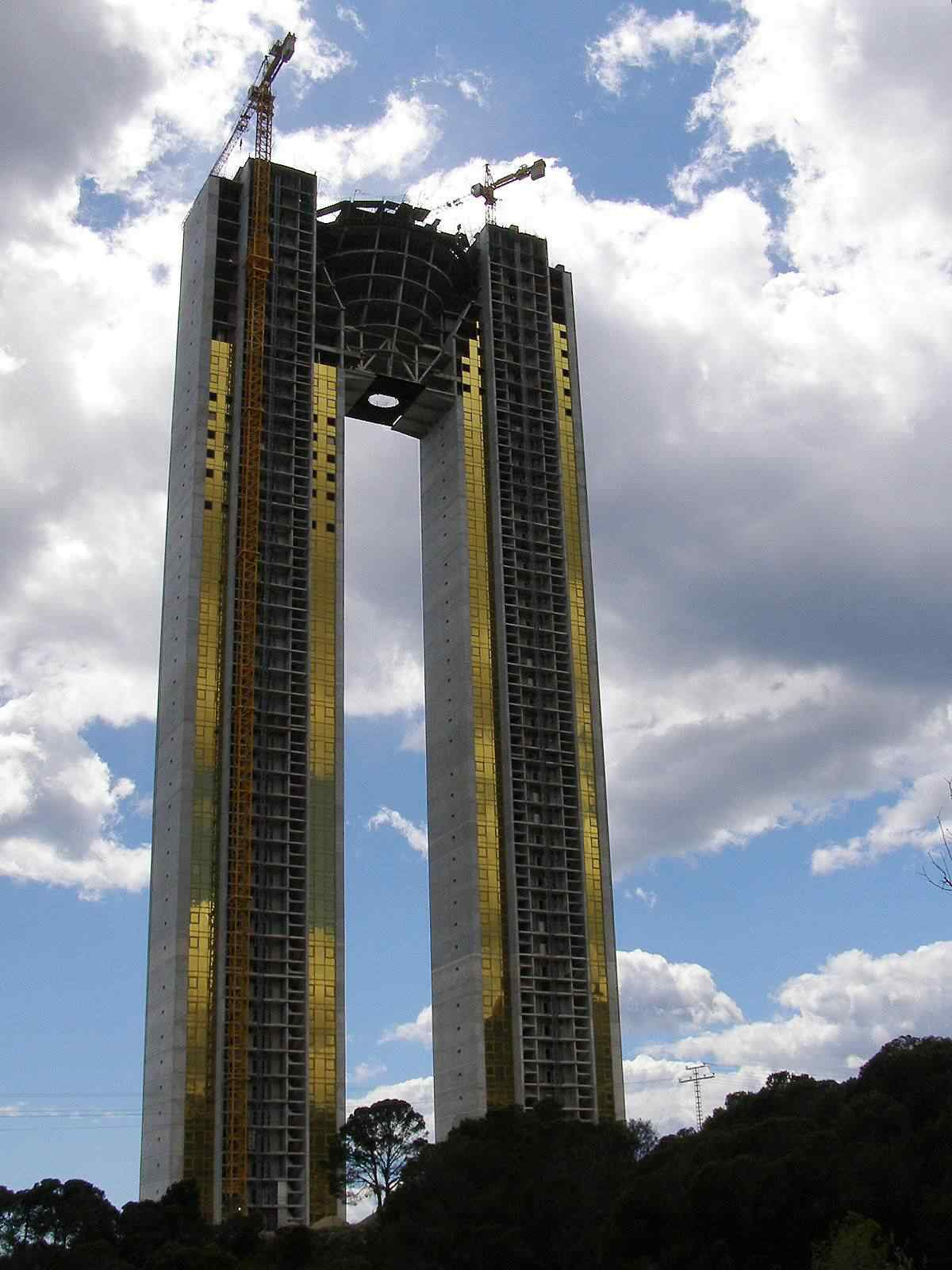 0 d4f33 7bb83c97 orig Fail? Espanhóis fazem prédio gigante e esquecem do elevador
