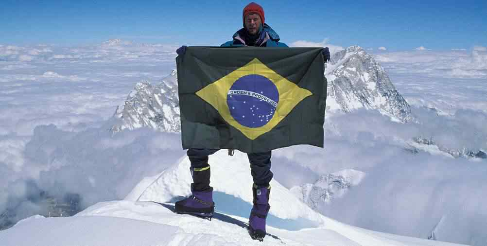 21Waldemar Niclevicz no cume do Everest em 1995. Foto de M. Catão O cemitério do Everest