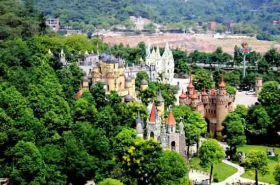 Chongqing castles2 550x363 Milionário chinês constrói castelos só por diversão e planeja fazer 100!