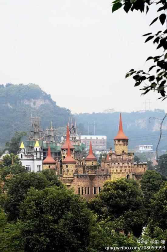 Chongqing castles7 550x830 Milionário chinês constrói castelos só por diversão e planeja fazer 100!