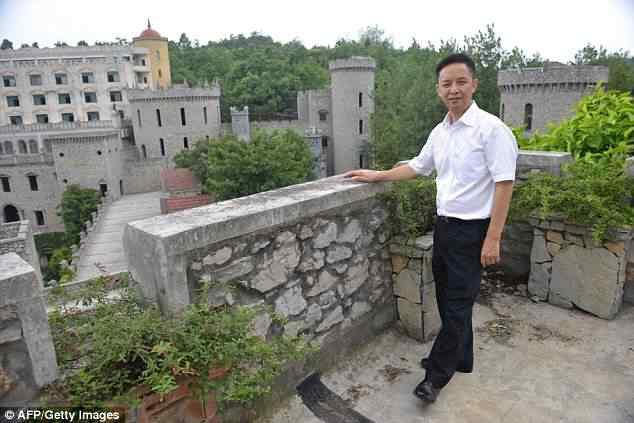 article 2507074 196631B300000578 602 634x423 Milionário chinês constrói castelos só por diversão e planeja fazer 100!