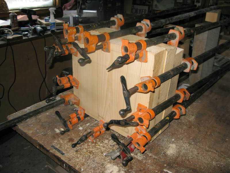 randall rosenthal carves a block of wood into a box of money 1 O homem que descobriu como fazer dinheiro (literalmente)