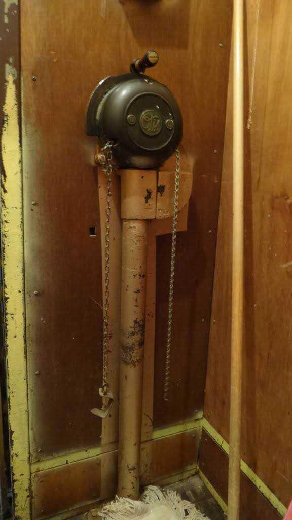O controle dos primeiros elevadores eram com correntinhas.