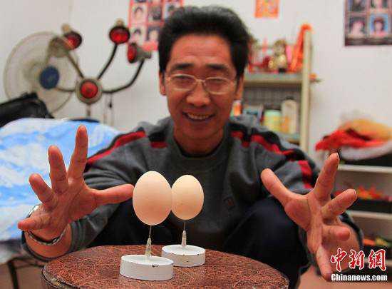 Cui Juguo 550x405 O mestre do equilíbrio coloca ovos na ponta de agulhas
