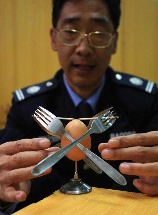 Cui Juguo3 550x746 O mestre do equilíbrio coloca ovos na ponta de agulhas