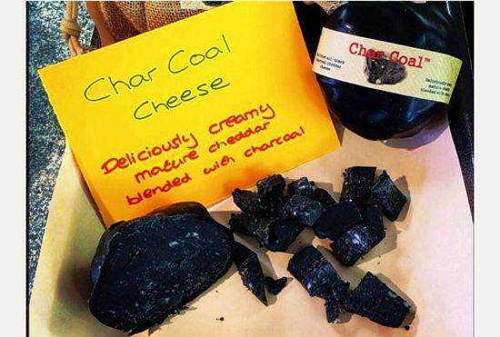 charcoal cheese2 Mais comida preta: Chegou o queijo de carvão.
