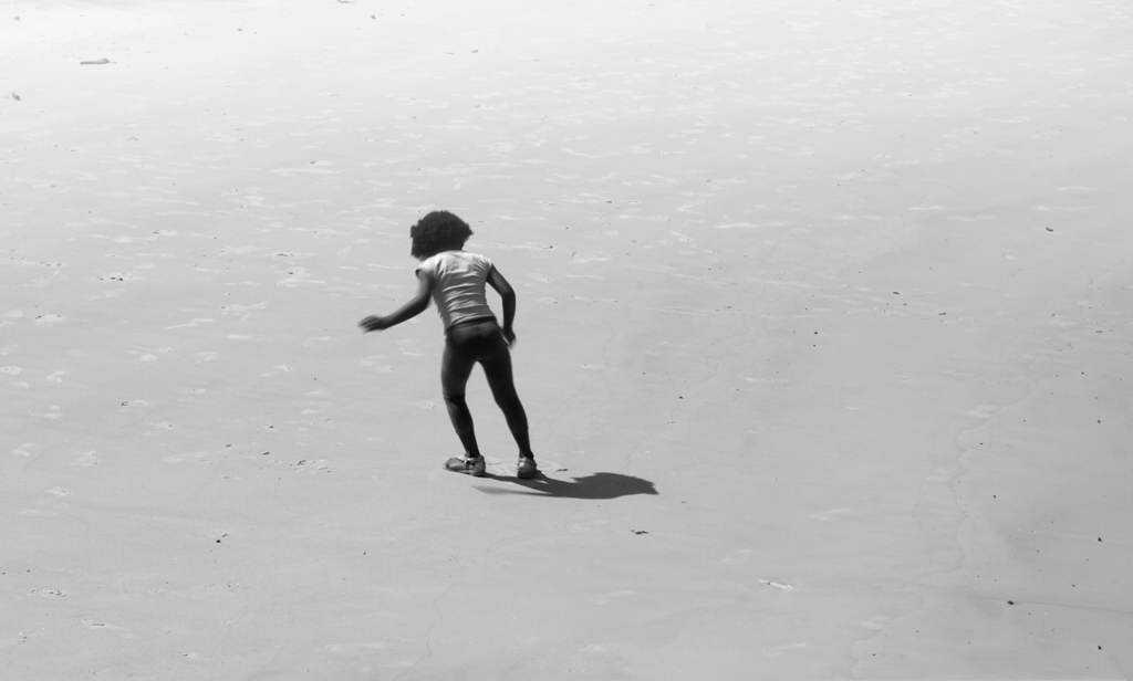 menina de ébano na areia low Fotos do fim de semana