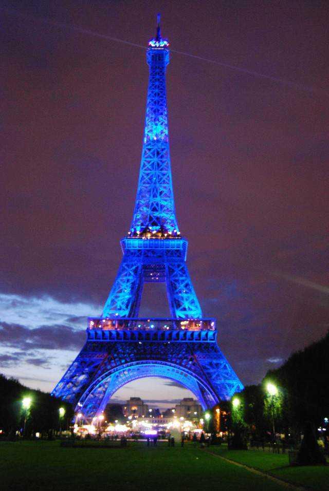 6f3ebed3 e873 42d1 90ec a224da429fbd e1415881518816 Turista, cuidado: Tirar foto da Torre Eiffel dá multa!