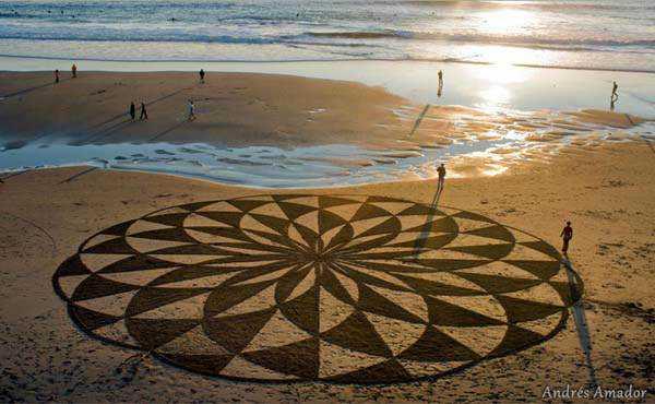 beach art14 Desenhos para serem vistos dos céus: O mistério dos geoglifos pelo mundo
