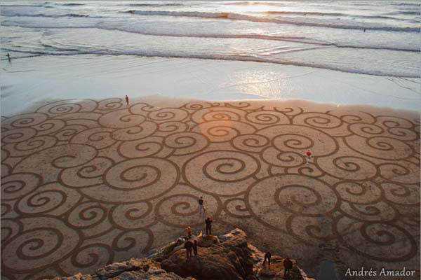 beach art2 Desenhos para serem vistos dos céus: O mistério dos geoglifos pelo mundo