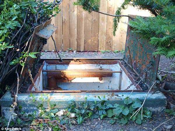 a2140974f1c037f6d582e03753323685 Família resolve entrar na passagem misteriosa do quintal pela primeira vez e...