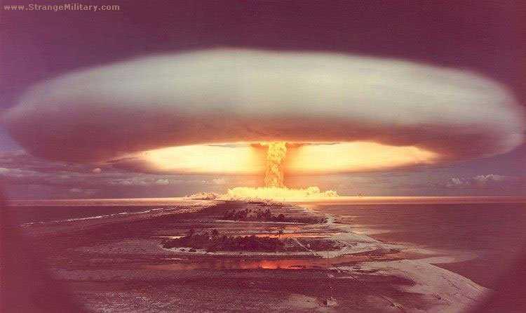 137804 Sobre bikinis, aliens, astronautas, gênios e explosões atômicas