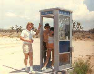 mojavephonebooth californiakids Um telefone no meio do deserto