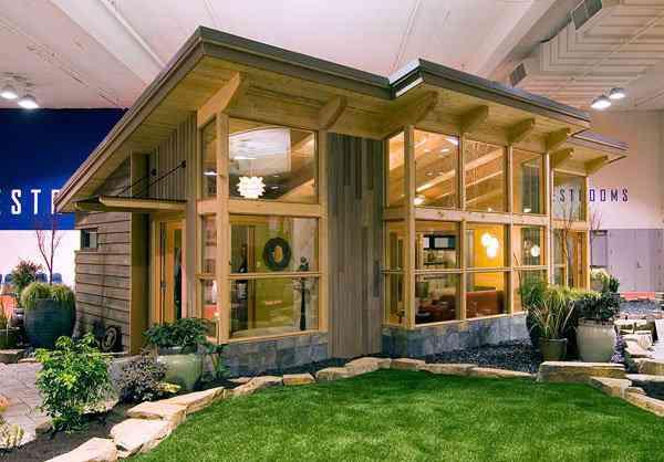 550M.FRONT sm Uma mini casa de madeira barata de construir
