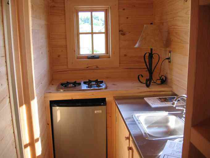 casa simples e barata 4 Uma mini casa de madeira barata de construir