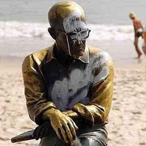 25dez2013 estatua de drummond amanhece pichada no rio 1387986441736 300x300 A irracionalidade das paixões