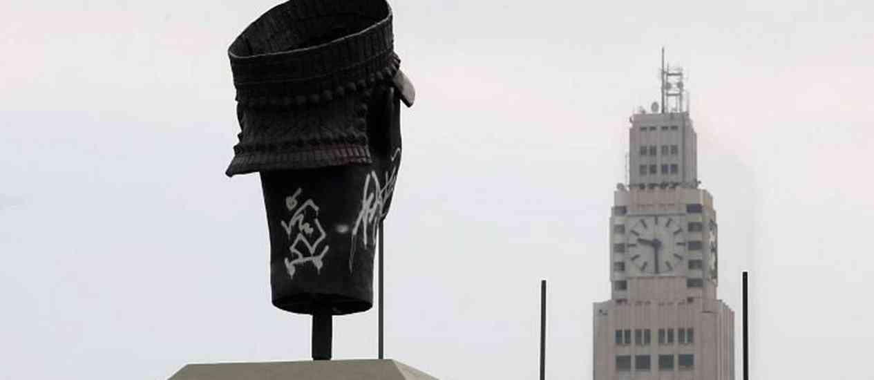 Monumento da cabeca de Zumbi amanhece pixado nesta quinta feiraFoto Marcelo Piu A irracionalidade das paixões