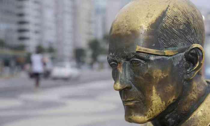 estatua drummond sem oculos A irracionalidade das paixões