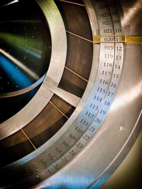 5937705610 01436962ef b 480x640 O bizarro relógio que faz tique uma vez ao ano e vai marcar o tempo por 10.000 anos