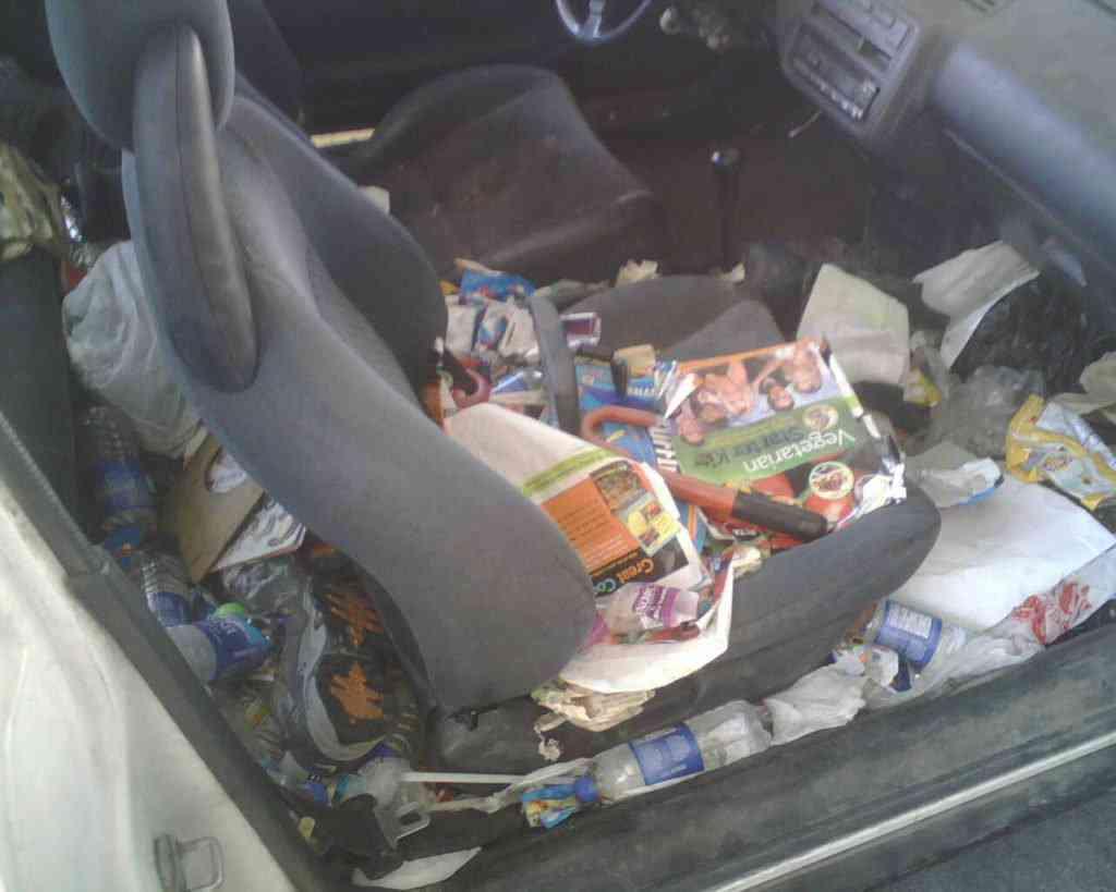 IMG00080 1 1024x819 Carro sujo: Você não vai acreditar no grau de imundície desse carro!