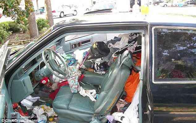 article 0 0D88E69600000578 271 634x399 Carro sujo: Você não vai acreditar no grau de imundície desse carro!