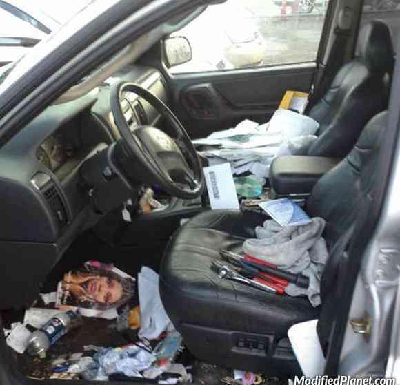 car photo filthy dirty interior covered in garbage trash hoarder fail Carro sujo: Você não vai acreditar no grau de imundície desse carro!