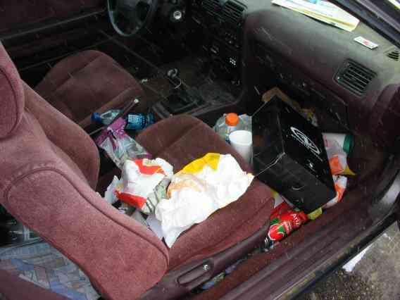 messy car 1 Carro sujo: Você não vai acreditar no grau de imundície desse carro!