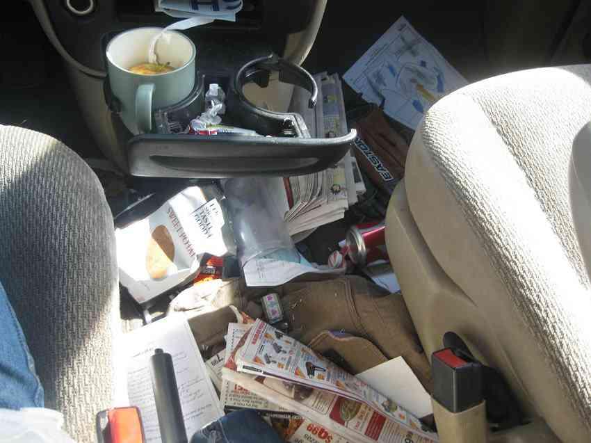 messy car interior Carro sujo: Você não vai acreditar no grau de imundície desse carro!