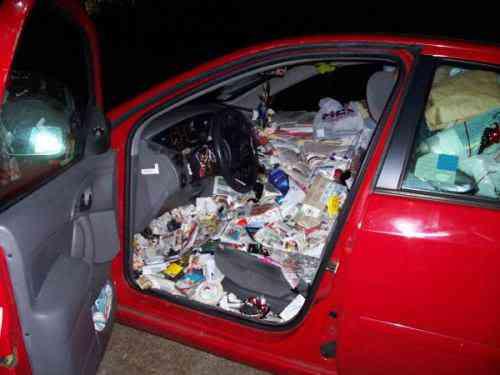 messy car Carro sujo: Você não vai acreditar no grau de imundície desse carro!