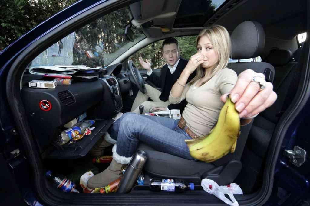messy car 1st central 1024x682 Carro sujo: Você não vai acreditar no grau de imundície desse carro!