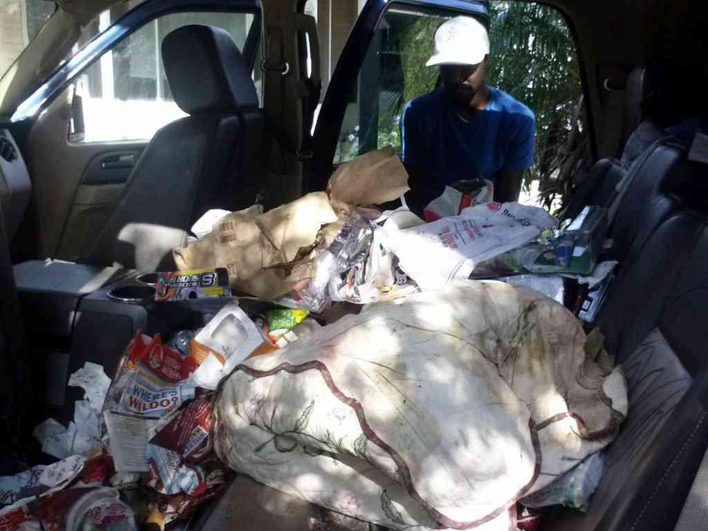 ron cleaning car interoir trash in clearwater 1024x768 Carro sujo: Você não vai acreditar no grau de imundície desse carro!