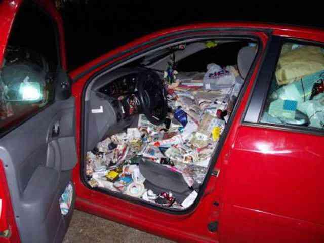trash in car Carro sujo: Você não vai acreditar no grau de imundície desse carro!