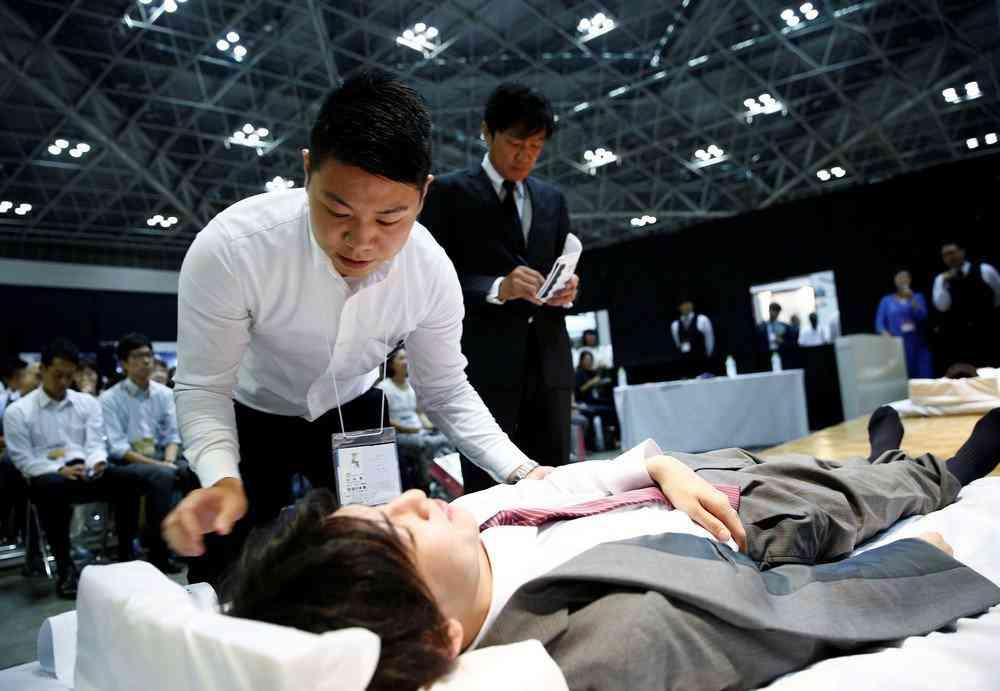 0 1de75e b0d62b42 orig Fashion defunto week: A moda dos mortos no Japão