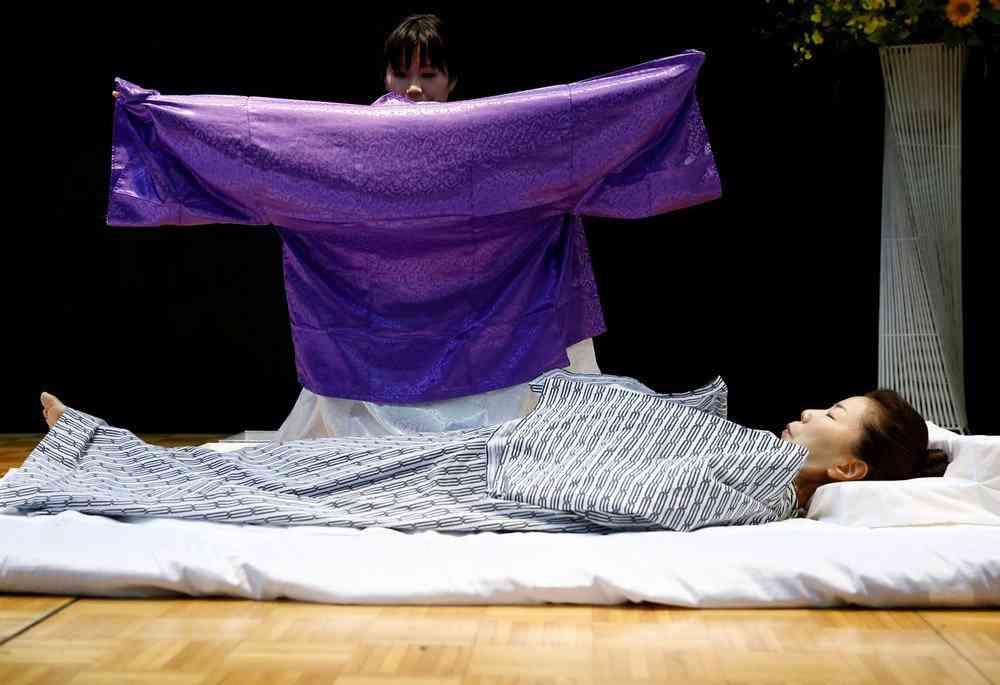 0 1de766 a51ab971 orig Fashion defunto week: A moda dos mortos no Japão