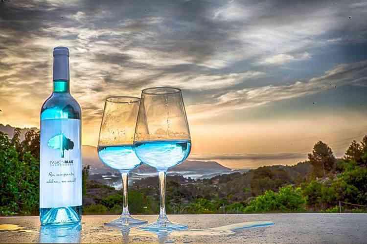 colored wine2 750x499 Colorindo vinho: Empresa espanhola fatura alto com vinho colorido