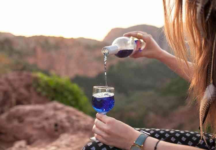 colored wine5 750x523 Colorindo vinho: Empresa espanhola fatura alto com vinho colorido