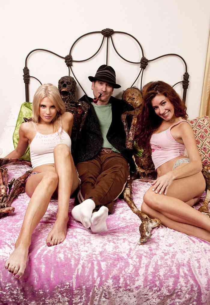 0 1e8d9b 6c3f6043 orig Nicho é tudo: Revista de fotos eróticas com zumbis faz sucesso