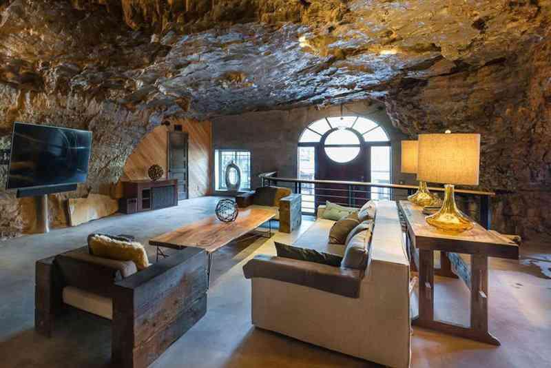 5999eec6ec1d87b79fbcb043f7fdd6fb Casa caverna à venda. Alguém avise ao Bruce Wayne.