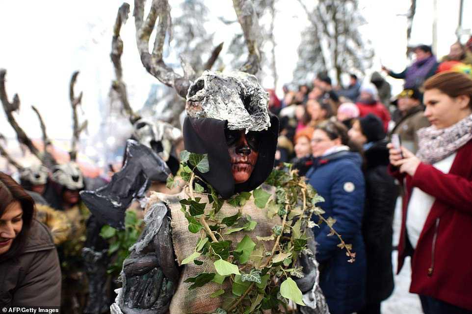 052f064087a5 Carnaval peculiar da Macedônia lembra um pesadelo de entorpecentes
