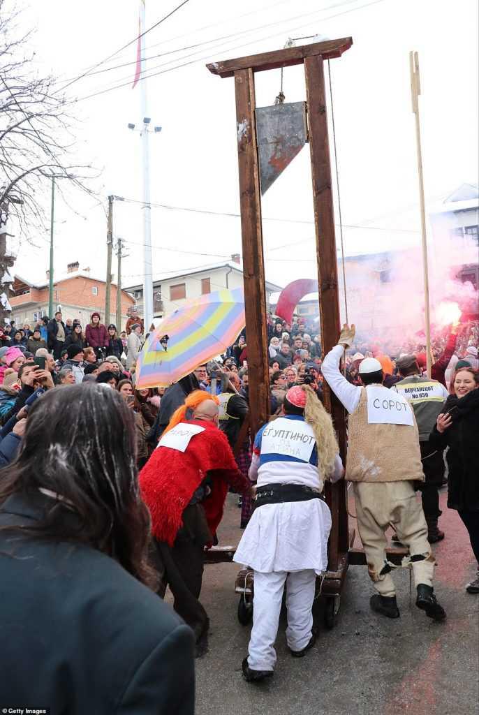 0a7e7b269799 686x1024 Carnaval peculiar da Macedônia lembra um pesadelo de entorpecentes