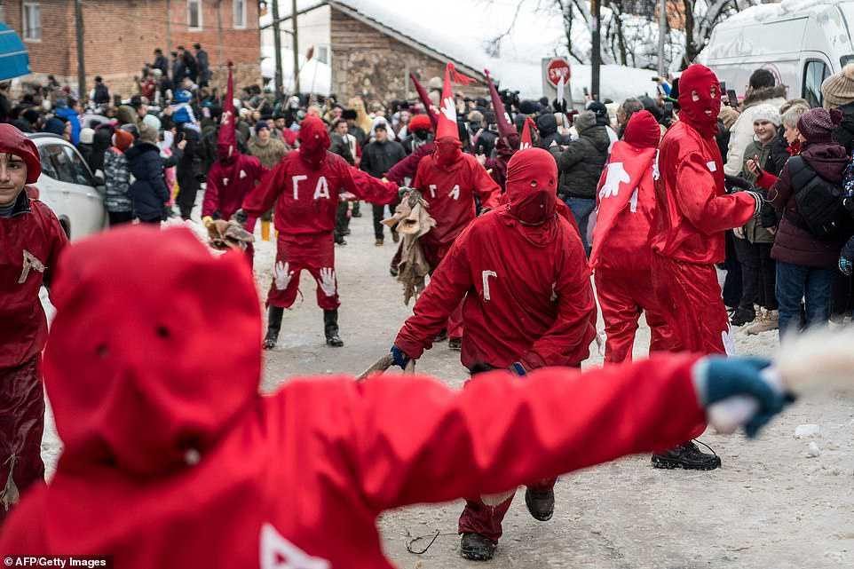 1877cf1181a8 Carnaval peculiar da Macedônia lembra um pesadelo de entorpecentes