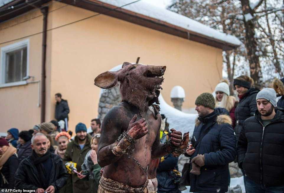 27f84412ca9b Carnaval peculiar da Macedônia lembra um pesadelo de entorpecentes