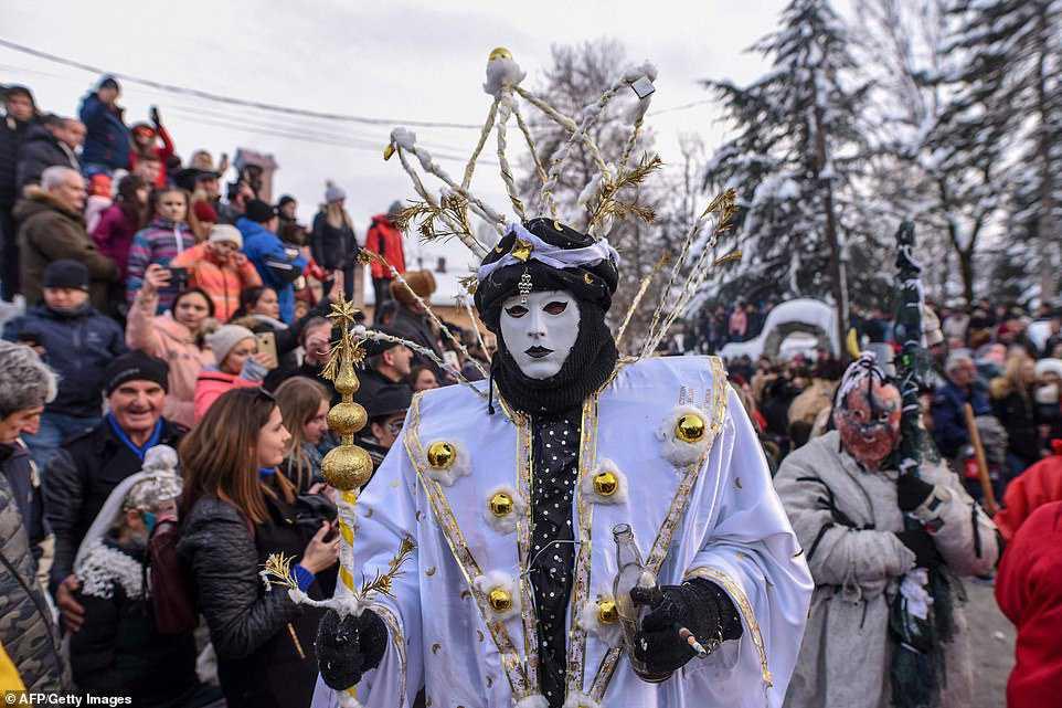 46bfb05113fd Carnaval peculiar da Macedônia lembra um pesadelo de entorpecentes