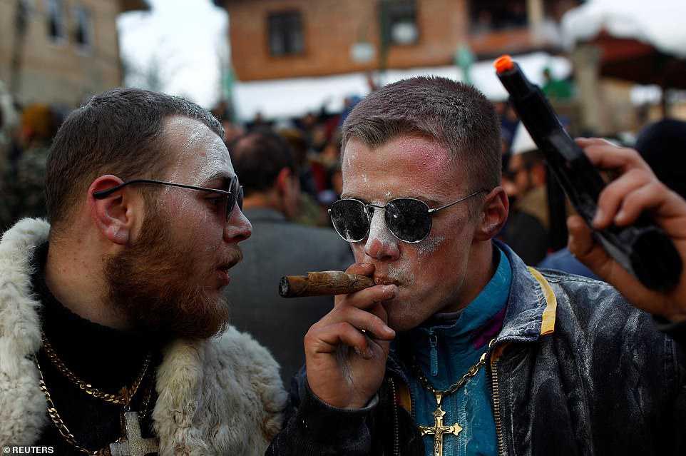 59b927599049 Carnaval peculiar da Macedônia lembra um pesadelo de entorpecentes