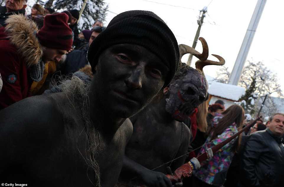61494ba9c5d7 Carnaval peculiar da Macedônia lembra um pesadelo de entorpecentes