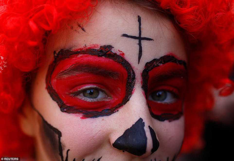 6653a76e49a6 Carnaval peculiar da Macedônia lembra um pesadelo de entorpecentes