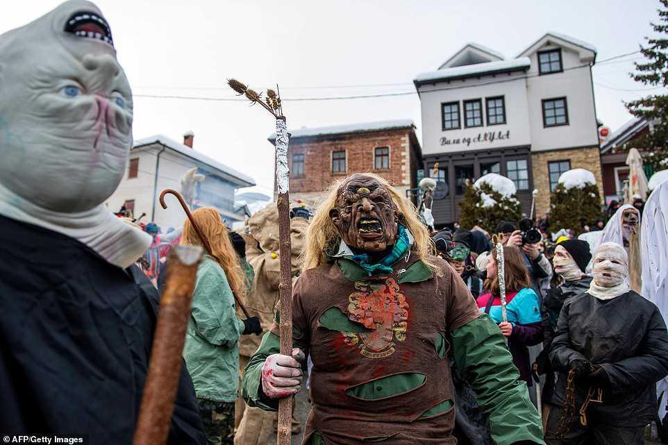 666b64797276 Carnaval peculiar da Macedônia lembra um pesadelo de entorpecentes