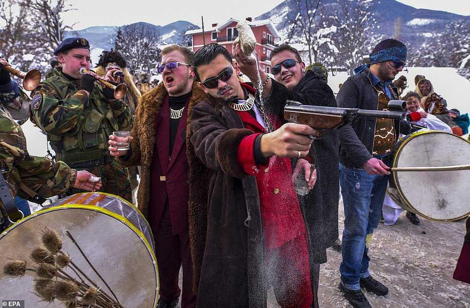 7336efafd925 Carnaval peculiar da Macedônia lembra um pesadelo de entorpecentes