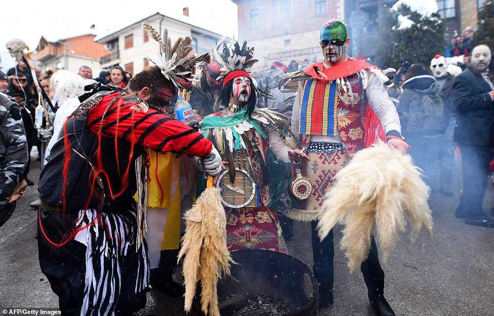 80e9ccca63e3 Carnaval peculiar da Macedônia lembra um pesadelo de entorpecentes