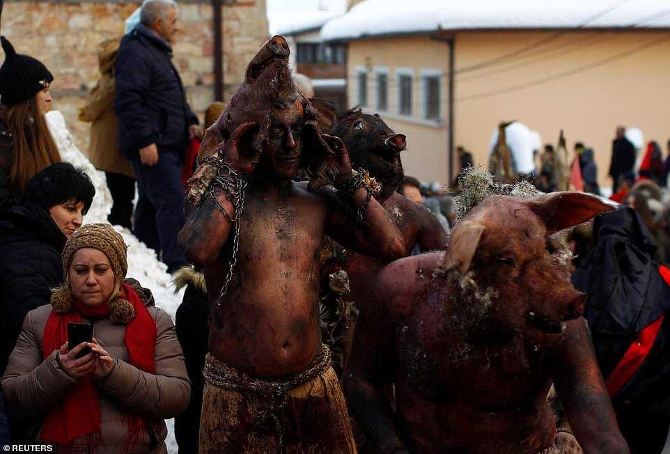 8616aa10c4e3 Carnaval peculiar da Macedônia lembra um pesadelo de entorpecentes